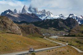 carro passando por ruta 40 na argentina