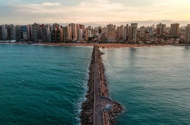 vista aérea de praia em fortaleza