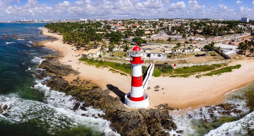 vista aérea da praia de itapuã em salvador