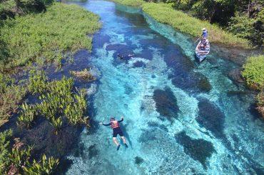 pessoas praticando flutuação no Rio Sucuri, em Bonito