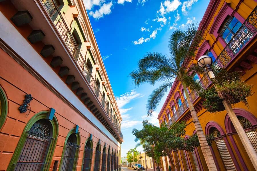 edificios coloridos del centro historico de mazatlan