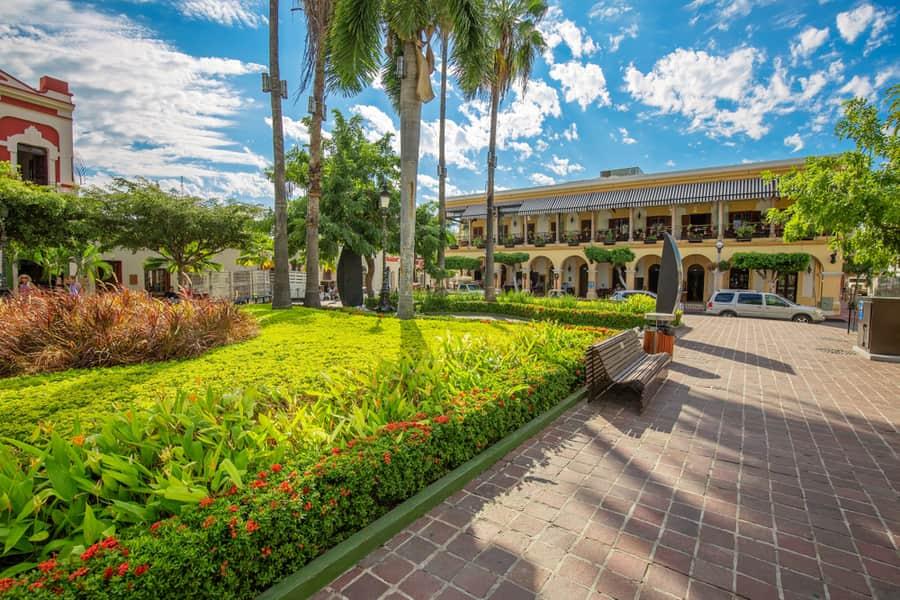 Plazuela machado en mazatlán, gran jardín, palmeras y bancas