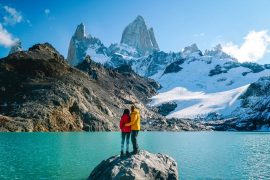 casal em ushuaia apreciando a vista
