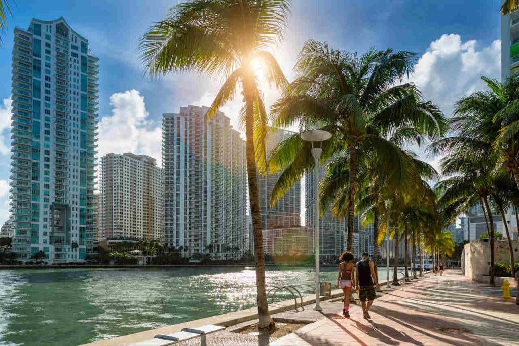 Casal fazendo caminhada na orla de Miami.