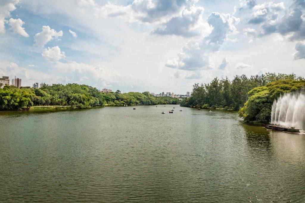 Vista aérea do lago e da paisagem do parque Taquaral em Campinas.