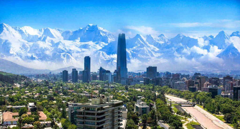 Imagem aérea de Santiago no Chile com os Andes ao fundo