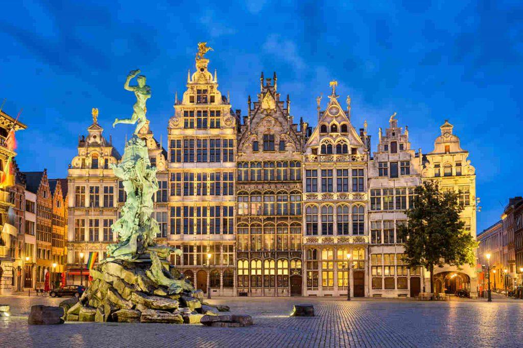 Vista noturna do Grote Markt iluminado, em Antuérpia.