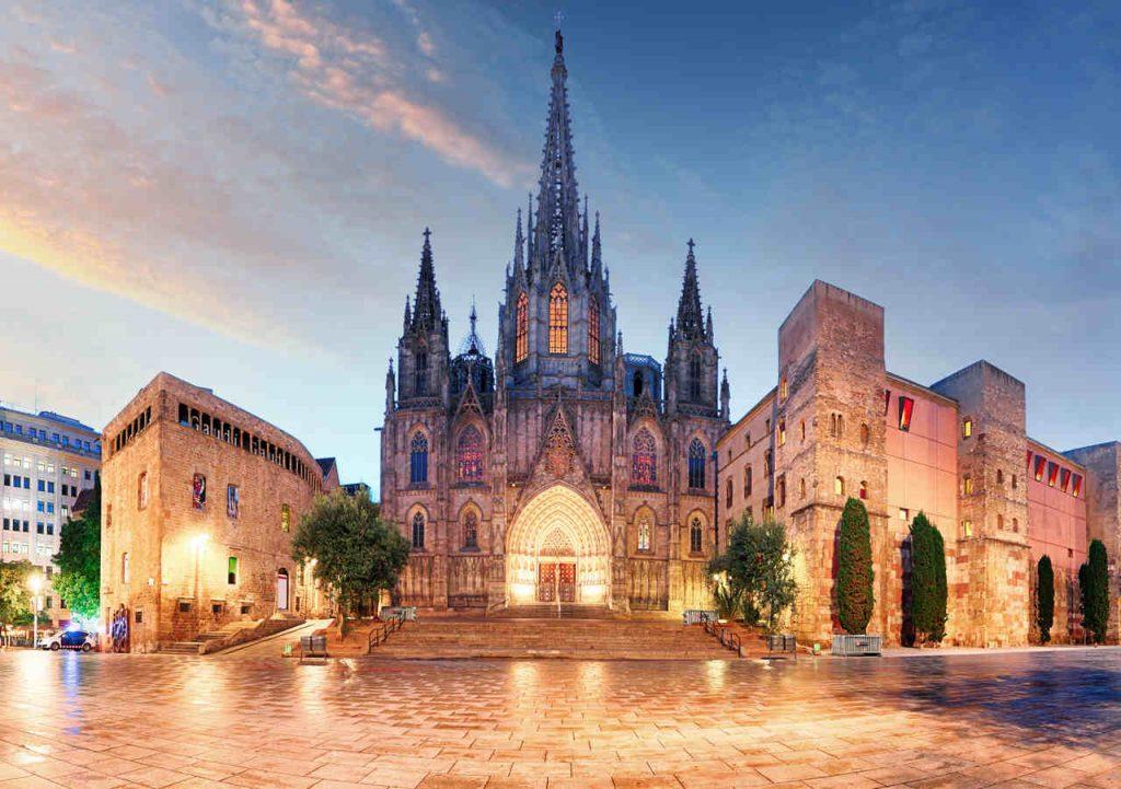 Vista noturna da fachada da Catedral Gótica, em Barcelona, Espanha.