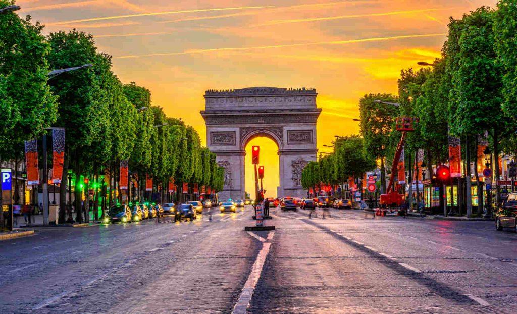 Vista noturna do Arco do Triunfo, em Paris, França.