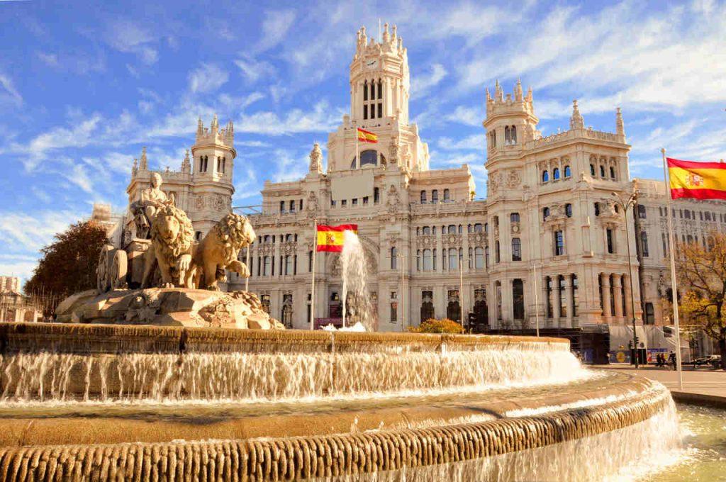 Vista diurna da Fonte Cibeles em Madrid, na Espanha