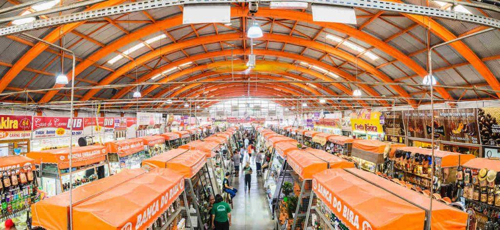 Vista geral do Mercado Municipal de Campo Grande, mostrando toda a área interna.