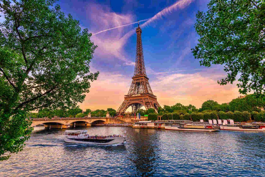 Pôr do sol na Torre Eiffel, com vista para o Rio Sena e alguns barcos