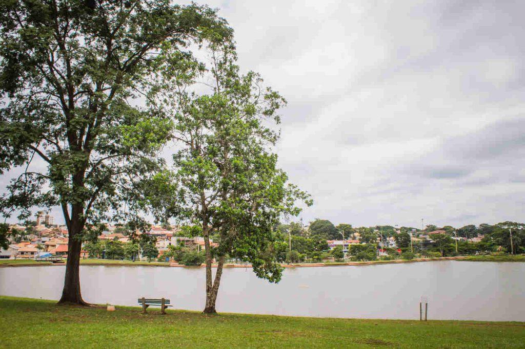Vista diurna do lago do Parque das Nações Indígenas, em Campo Grande