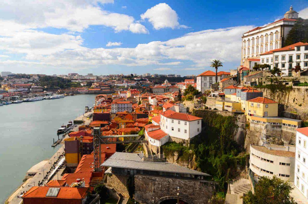 Vista aérea do Rio Douro, em Porto, com construções antigas em suas margens