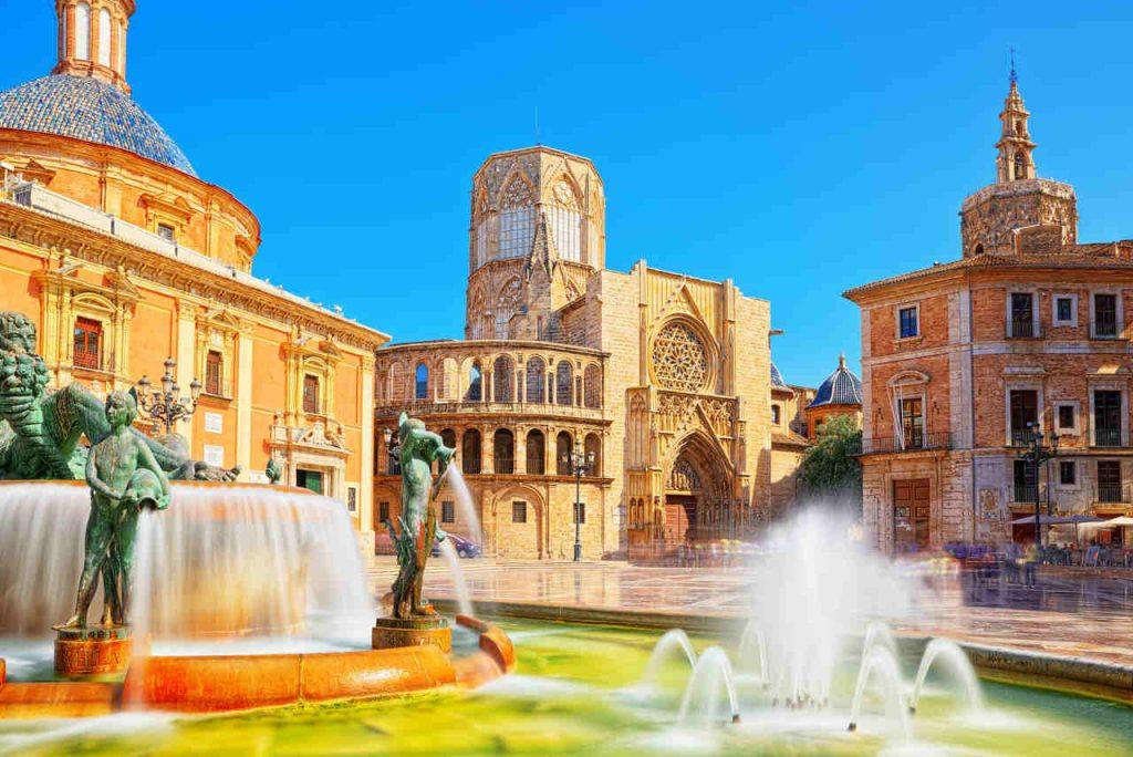Vista diurna da praça principal de Valência, na Espanha