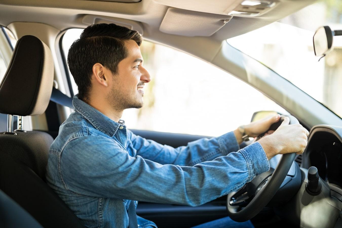 jovem dirigindo carro