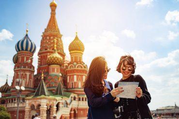 jovens olhando mapa em moscow