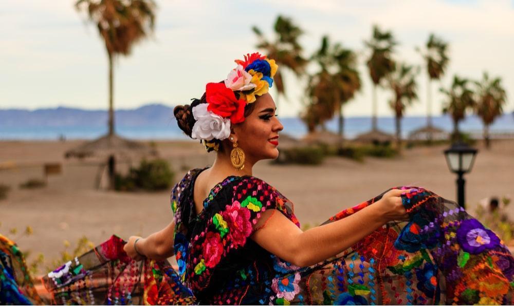dançarina em roupas típicas em loreto méxico