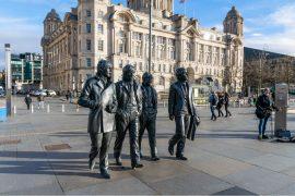 estátua dos beatles na cidade de liverpool inglaterra