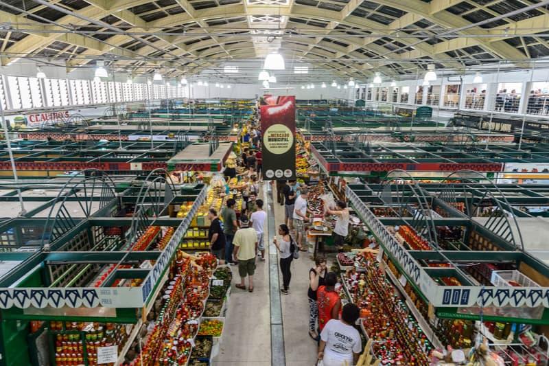 visão superior dos corredores de frutas e verduras do mercado municipal de curitiba