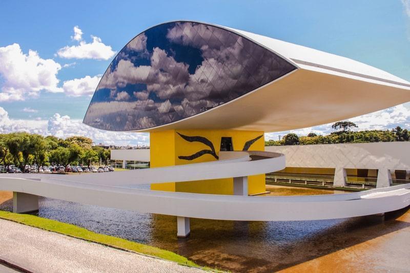 fachada do museu oscar niemeyer em formato de olho