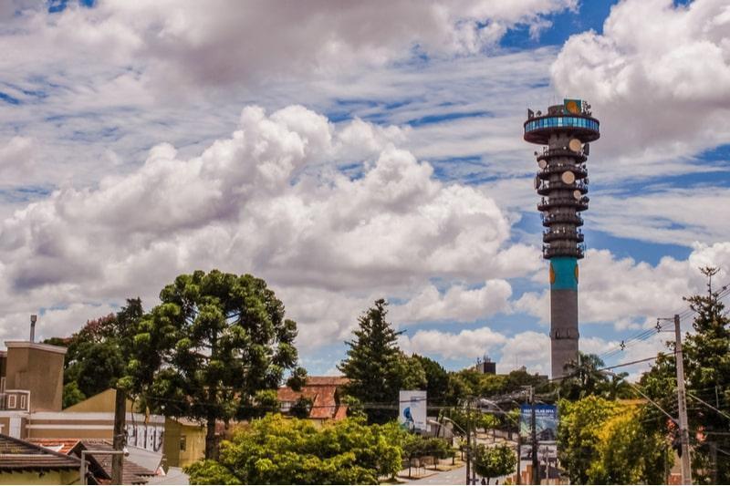bairro mercês de curitiba com a torre panorâmica ao fundo