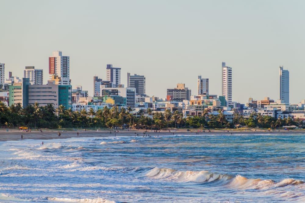 praia e mar com prédios ao fundo em joão pessoa