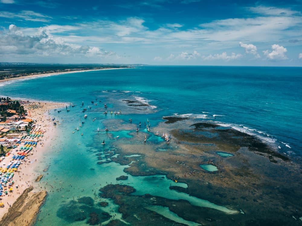 vista aérea da praia de porto de galinhas e seus arrecifes