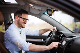 homem dirigindo carro alugado