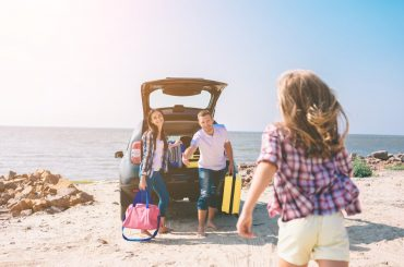 família em viagem de carro no verão