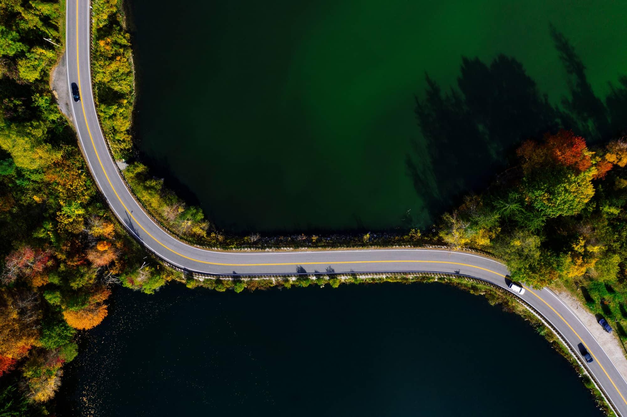vista aérea de estrada passando por lago