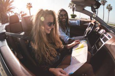 casal em carro conversível durante dia ensolarado