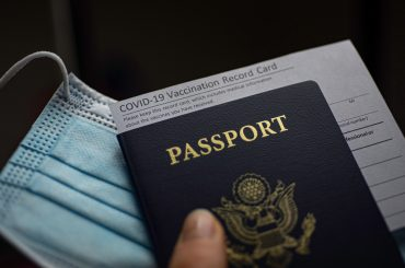 Passaporte, máscara, comprovante Covid
